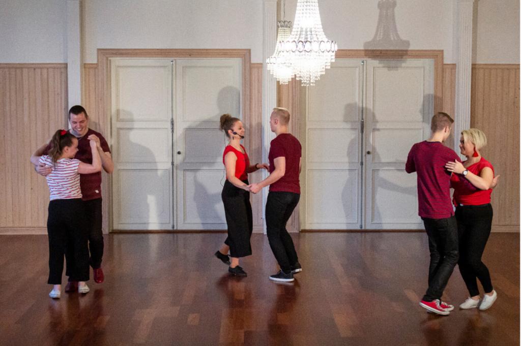 Tanssipareja tanssimassa
