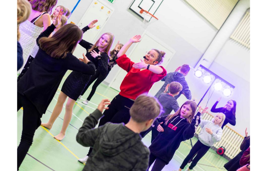 Lapsia ja nuoria tanssikurssilla