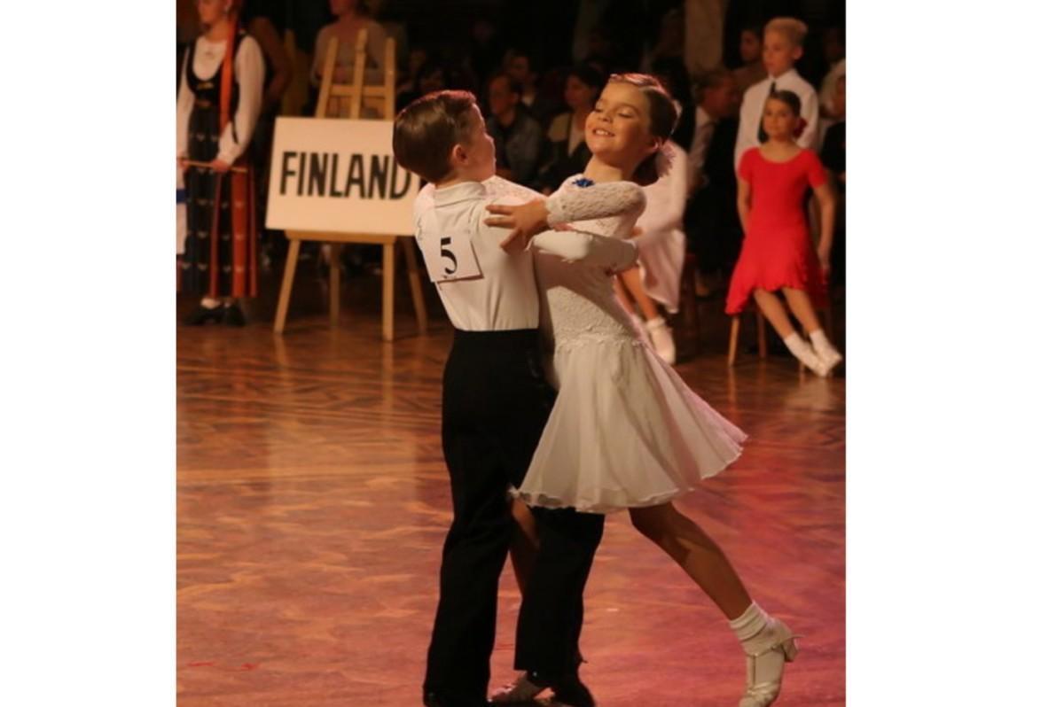 Paritanssin lapsipari Heikki ja Anniina Koivuniemi tanssimassa