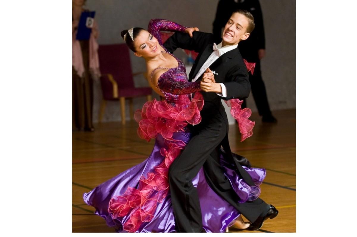 Anniina Koivuniemi tanssii parinsa kanssa